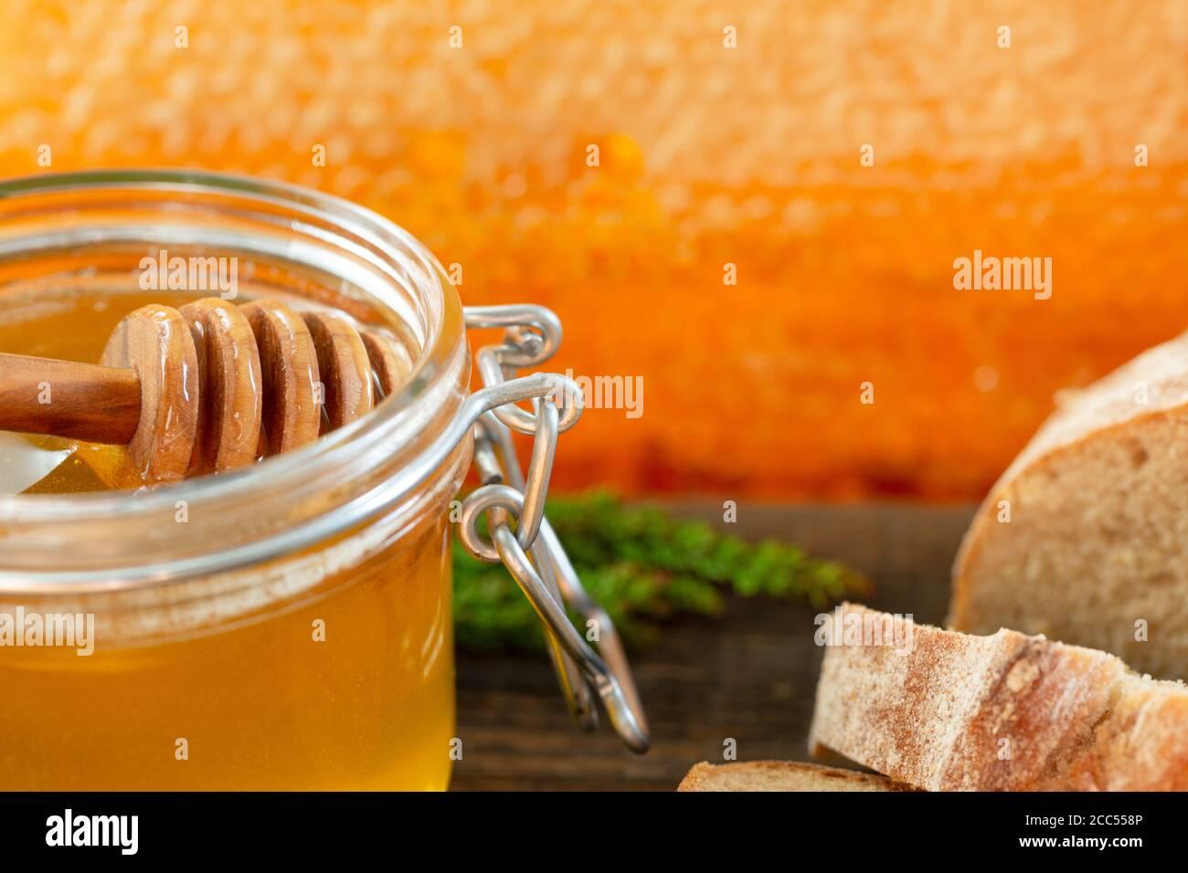 miel biologique et pain rustique sur une vieille table en bois. Petit déjeuner sain. Banque D'Images
