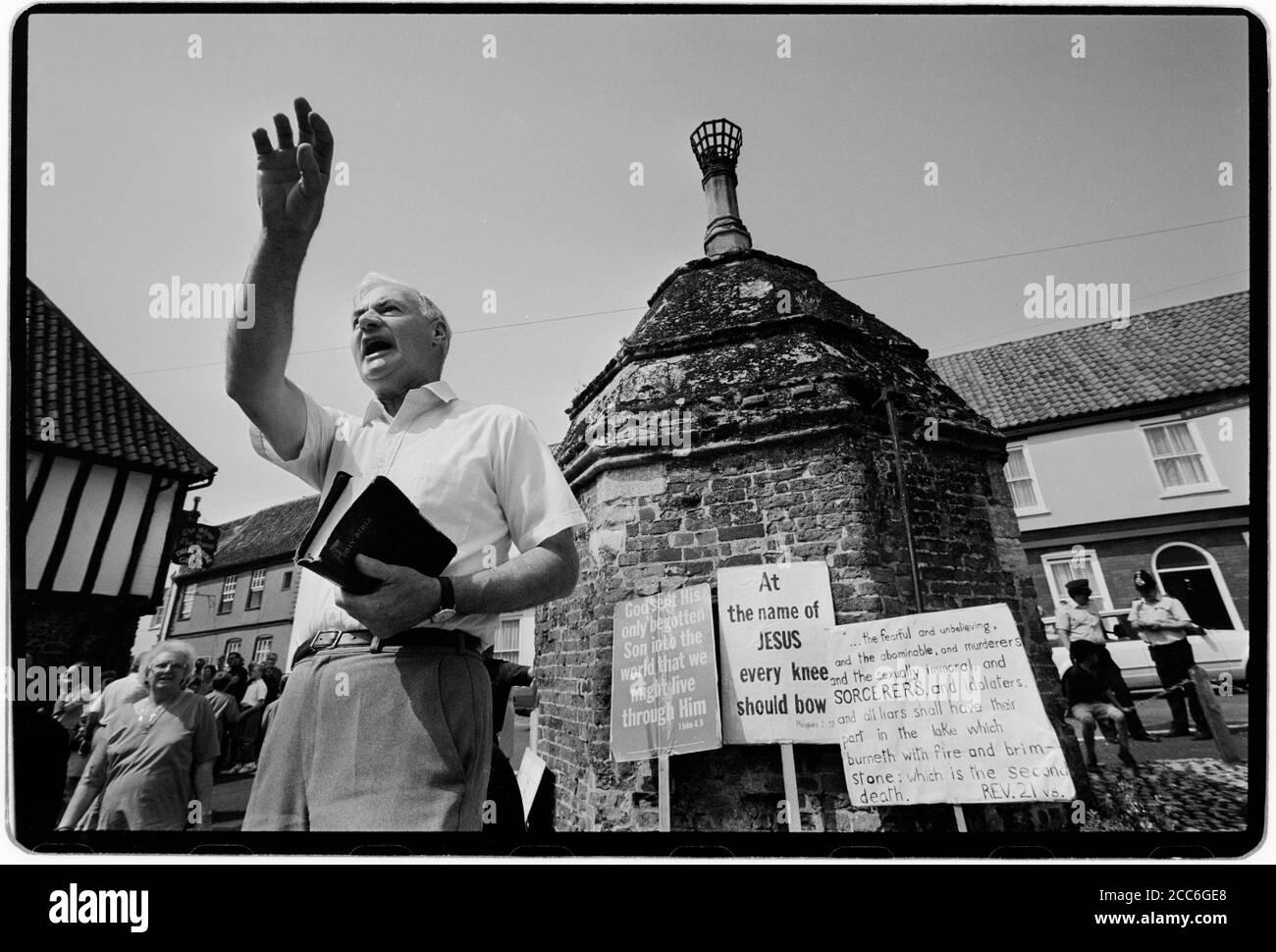 """Walsingham Pilgrimage Norfolk Angleterre Mai 1992 notre Dame de Walsingham est un titre de la Sainte Vierge Marie vénérée par les catholiques et quelques anglicans associés aux apparitions mariales à Richeldis de Faverches, une noble anglaise pieuse, en 1061 dans le village de Walsingham à Norfolk, en Angleterre. Lady Richeldis a construit une structure nommée """"la Maison Sainte"""" à Walsingham qui devint plus tard un sanctuaire et un lieu de pèlerinage. En passant sous sa tutelle de la Maison Sainte, le fils de Richdis, Geoffrey, a laissé des instructions pour la construction d'un prieuré à Walsingham. Le prieuré est passé dans le soin o Banque D'Images"""