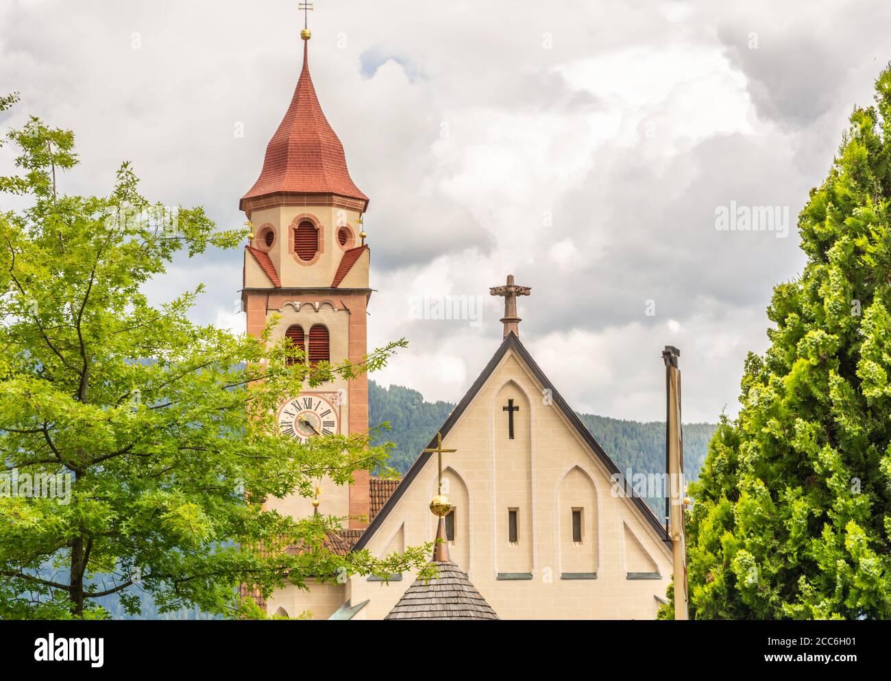 L'église Saint-Jean-Baptiste dans le Dorf Tirol, près de Meran, au sud du Tyrol, au nord de l'Italie. Détail du toit et du clocher. Banque D'Images