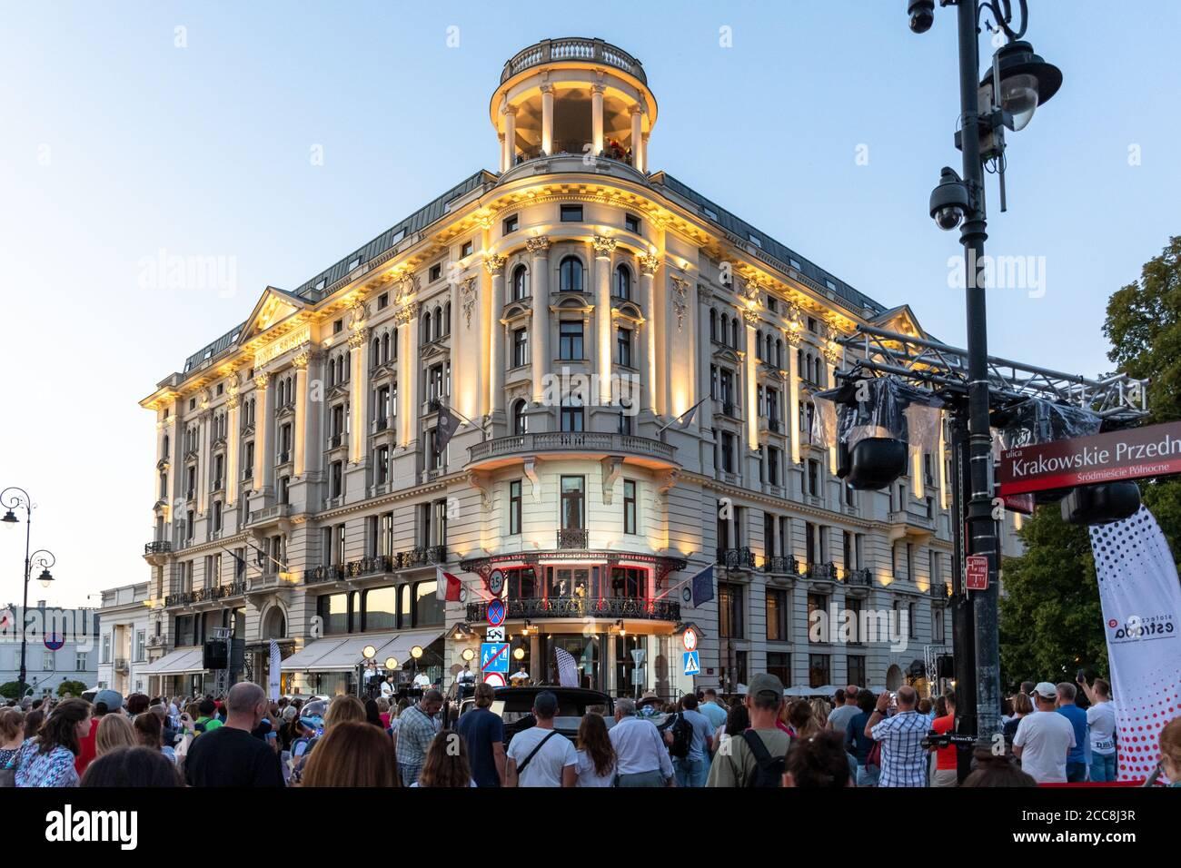 Varsovie, Pologne - 15 août 2020 : vue sur l'hôtel Bristol. Un événement artistique a lieu en face de l'hôtel et sur l'un des balcons. Banque D'Images