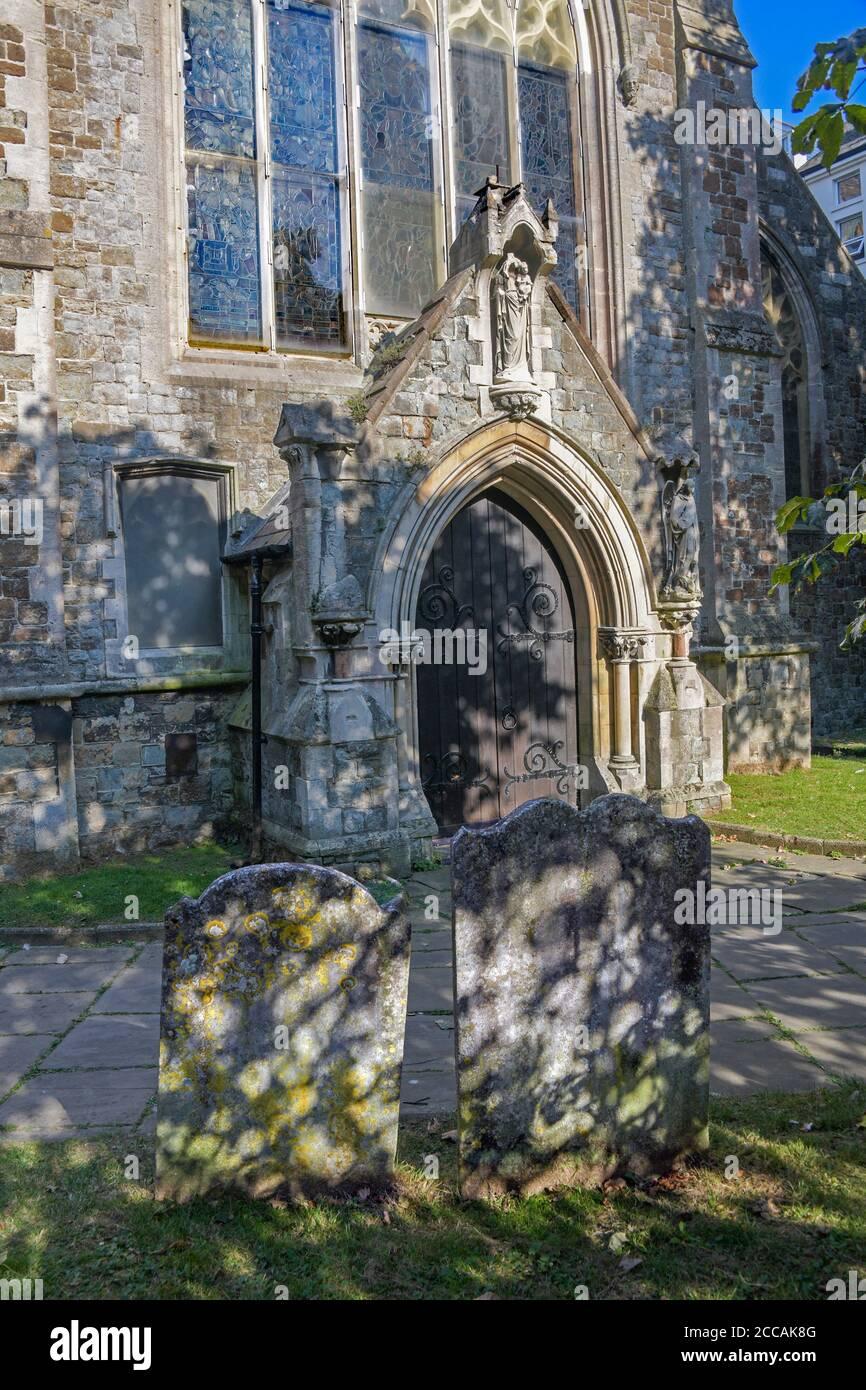 Pierres tombales et entrée de l'église St Mary & St Eregythe Folkestone Kent Angleterre Banque D'Images