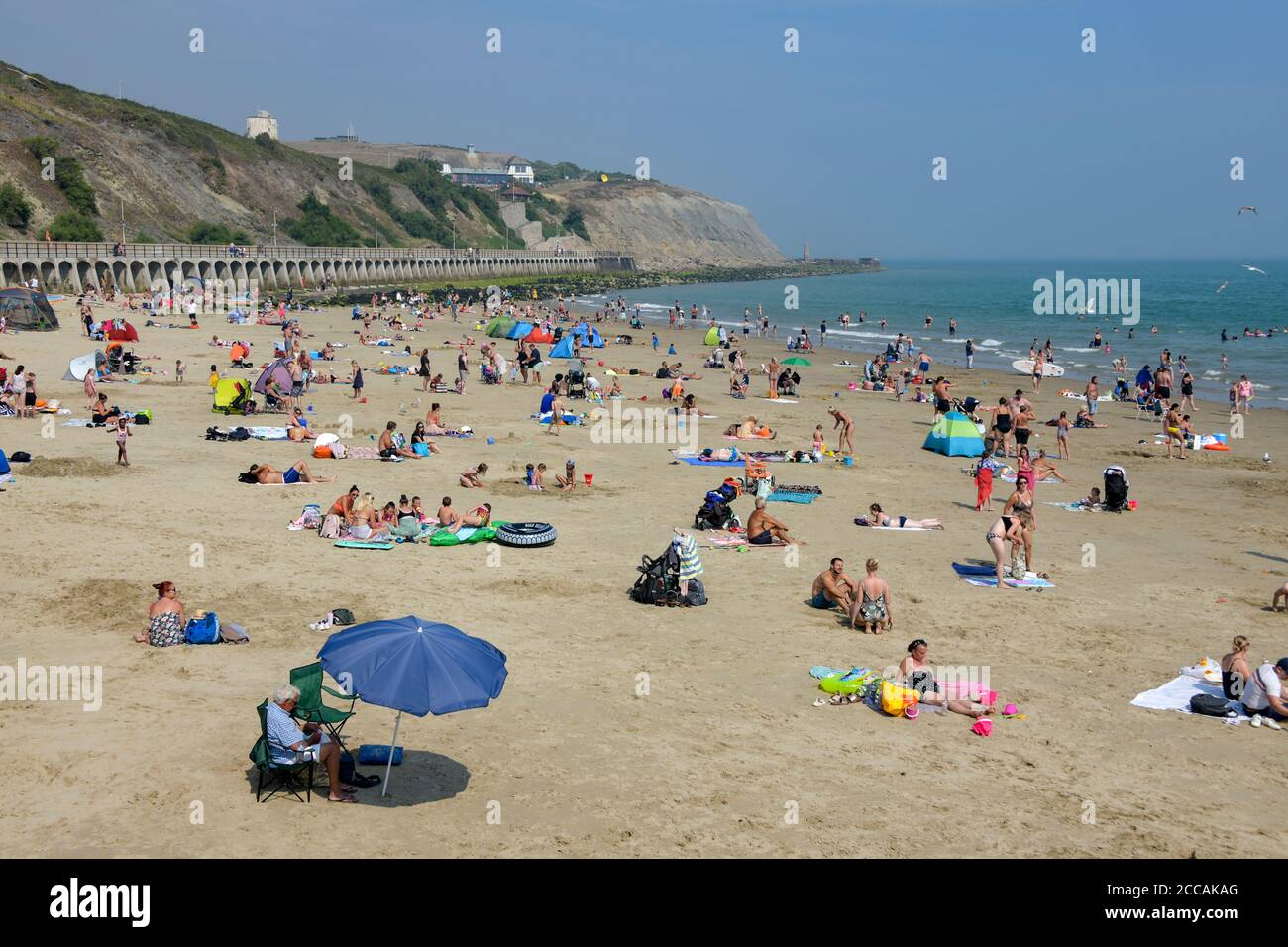 Gens Folkestone Beach Kent Angleterre Banque D'Images