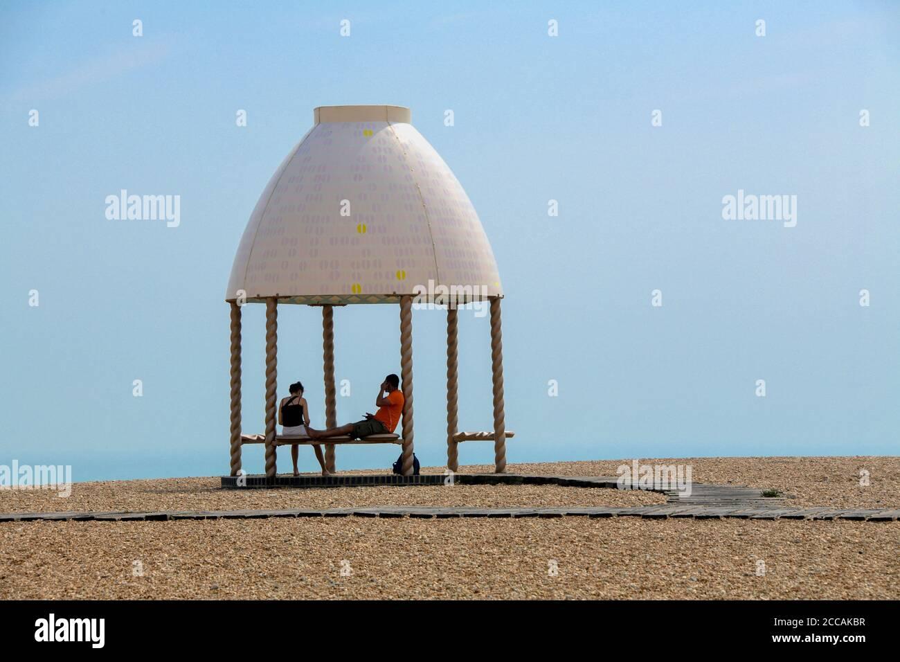 Deux poeules se détendant dans un Gazebo Folkestone Beach Kent Angleterre Banque D'Images