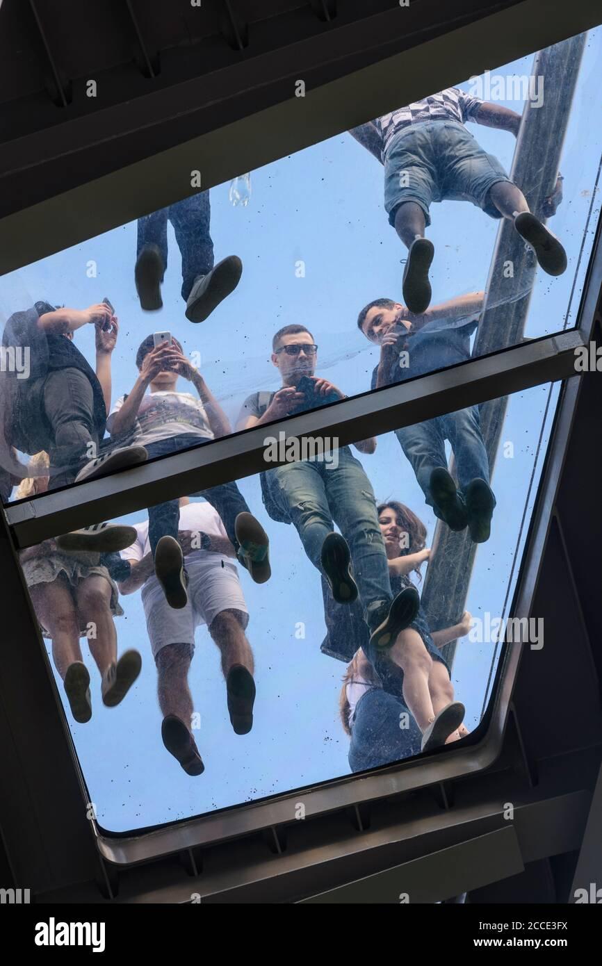 Kiev (Kiev), pont Klitschko piétonnes-vélo à plancher de verre, personnes photographiées de dessous à Kiev, Ukraine Banque D'Images