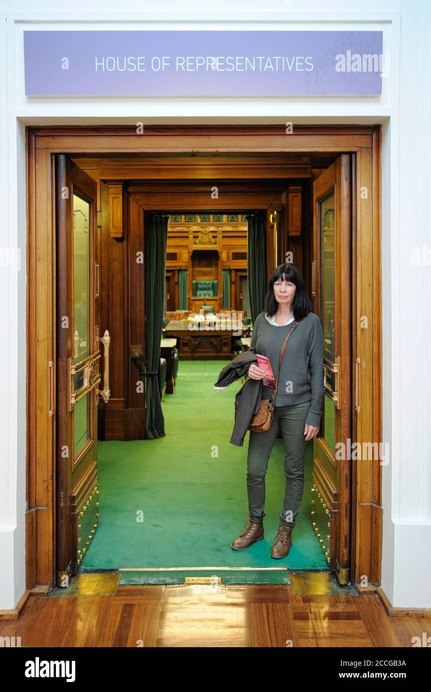 Femme touriste à l'entrée de la Chambre des représentants, ancienne Chambre du Parlement à Canberra, territoire de la capitale australienne (ACT), Australie Banque D'Images