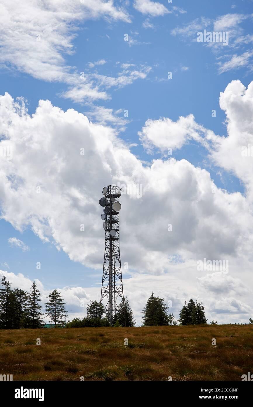 Tour satellite de transmission au sommet de la Hornisgrinde dans la Forêt-Noire, Allemagne Banque D'Images