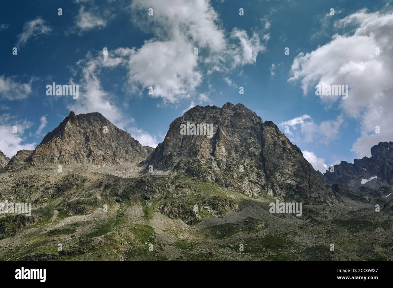Paysage de haute montagne avec collines rocheuses et nuages blancs. Nature sauvage Banque D'Images