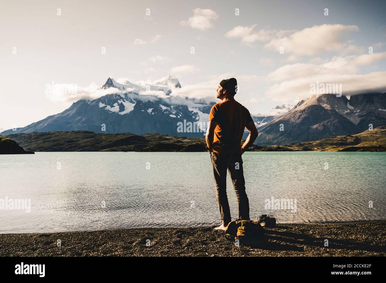 Homme debout au bord du lac Pehoe dans le parc national Torres Del Paine, Chili Patagonie, Amérique du Sud Banque D'Images