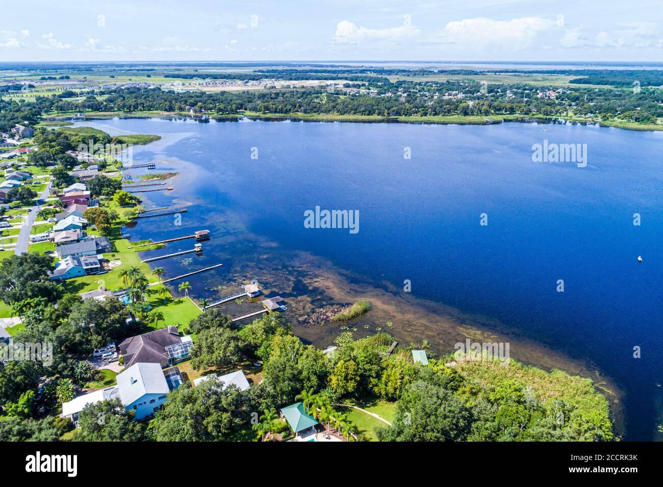 Florida Kissimmee Parton Settlement Fish Lake accueille des jetées privées au bord du lac vue aérienne en hauteur de l'oeil d'oiseau au-dessus Banque D'Images