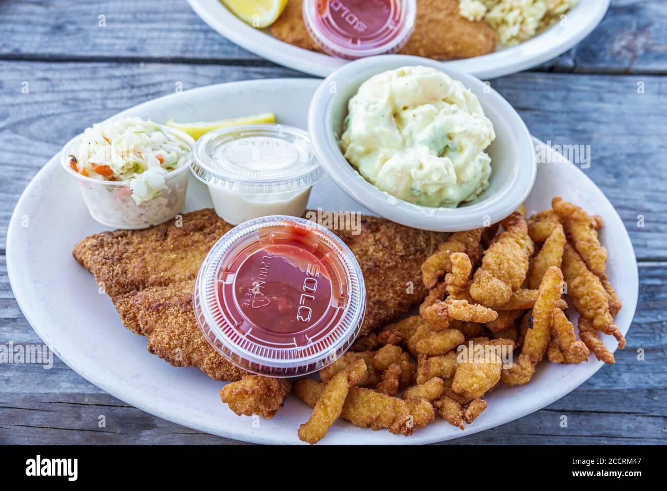 Florida Pine Island Bokeelia Capt'n con's Fish House, cabane à fruits de mer restaurant assiette alimentaire riz frit poisson palourdes salade de pommes de terre coleslaw Banque D'Images