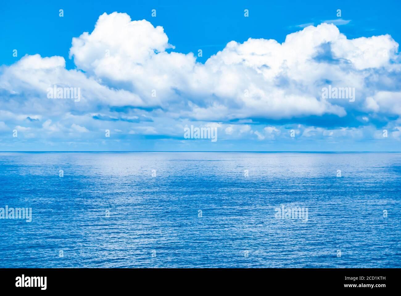 L'océan rencontre le ciel au large de la côte de Maui, Hawaï. Banque D'Images