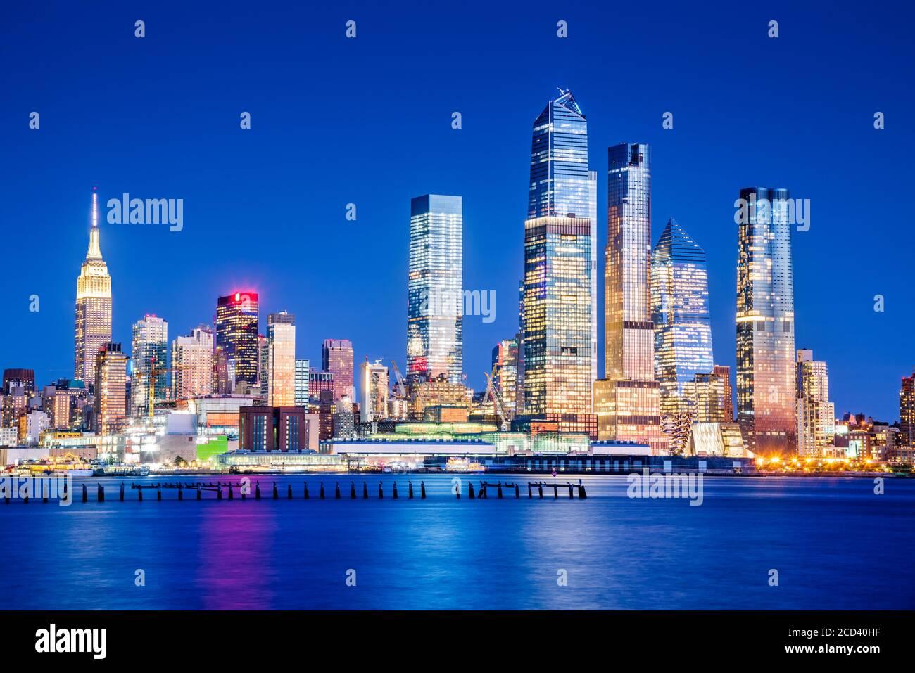 New York, États-Unis d'Amérique - vue nocturne de Mid Manhattan au coucher du soleil, depuis Union City et Hudson River. Banque D'Images