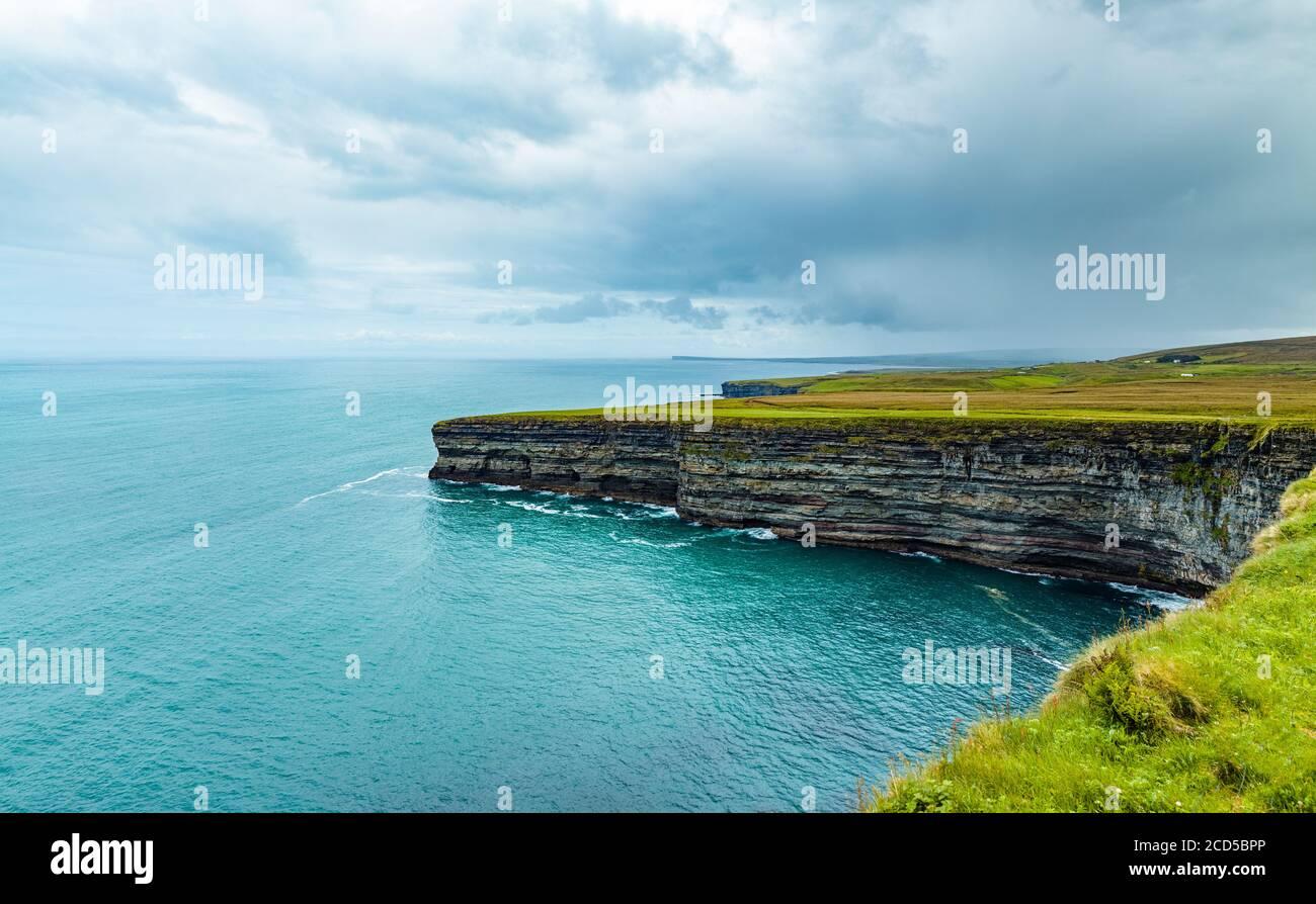 Vue sur la mer et le littoral, côte Atlantique, comté de Mayo, Irlande Banque D'Images