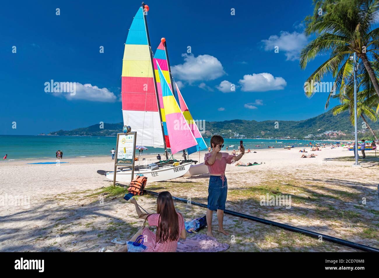 Touristes prenant des selfies sur Patong, Phuket, Thaïlande Banque D'Images
