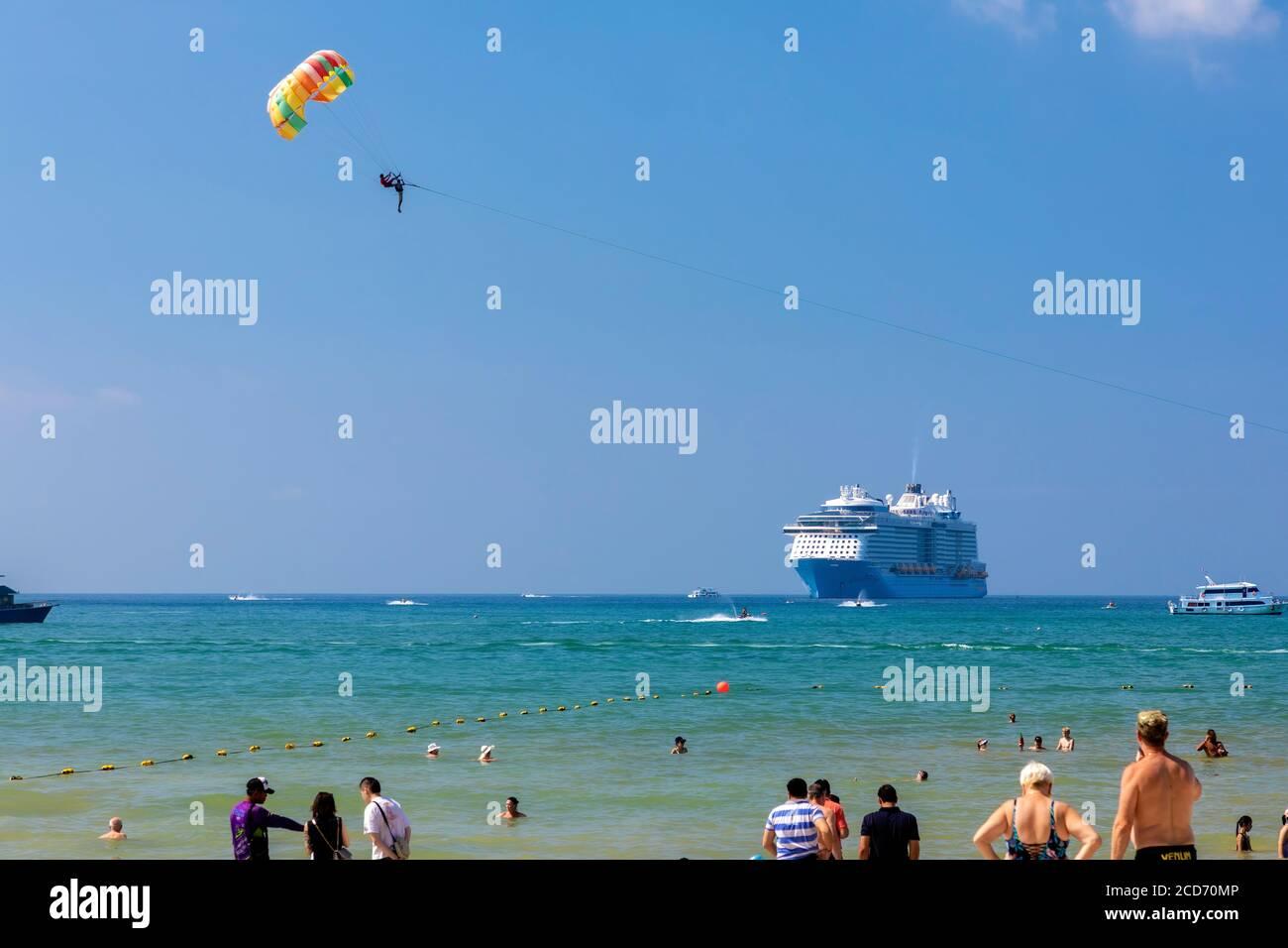 Touristes et parapente sur la plage à Patong, Phuket, Thaïlande Banque D'Images