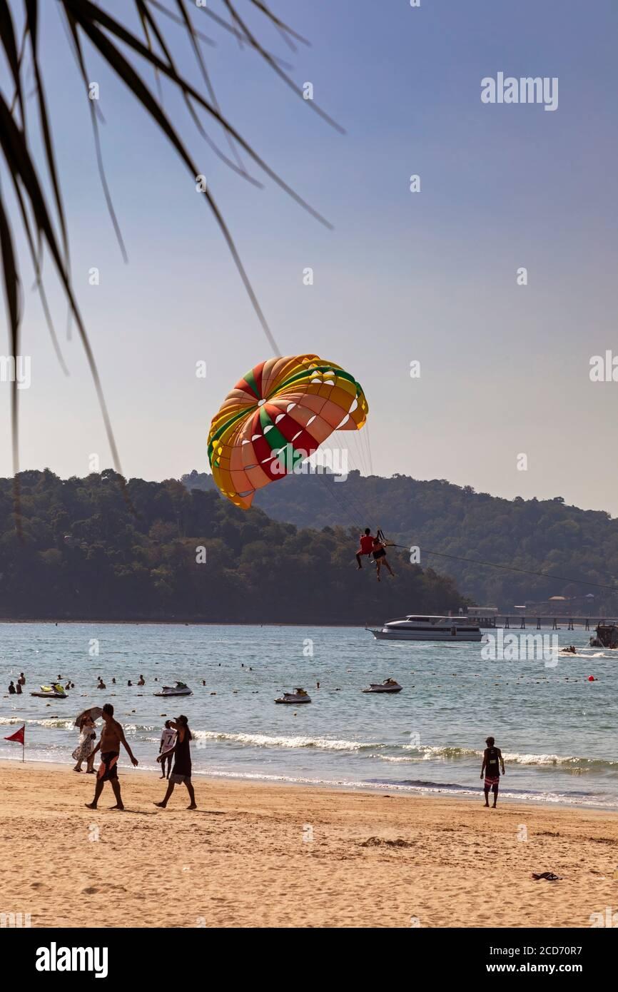Parapente sur la plage de Patong à Noël, Phuket, Thaïlande Banque D'Images