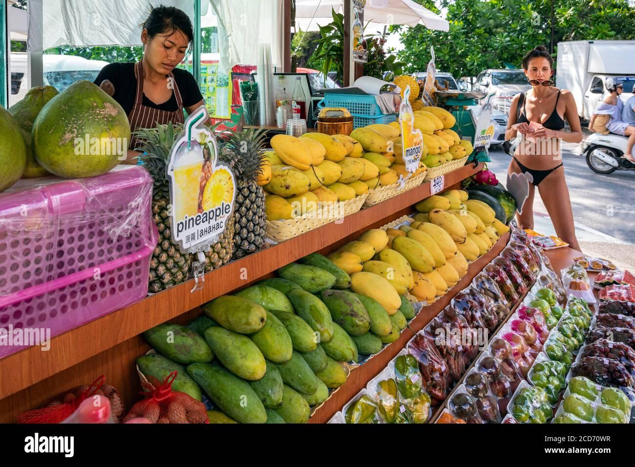 Tourisme achetant des fruits de la rue vendeur, Patong, Phuket, Thaïlande Banque D'Images