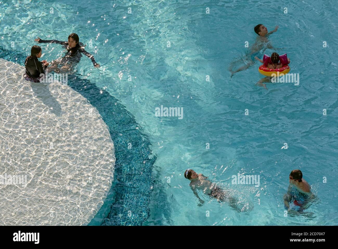 Enfants jouant dans la piscine de l'hôtel, Patong, Phuket, Thaïlande Banque D'Images