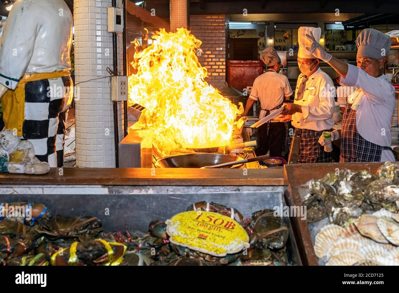 Cuisine ouverte Flames au restaurant Savooey Seafood, Patong, Phuket, Thaïlande Banque D'Images