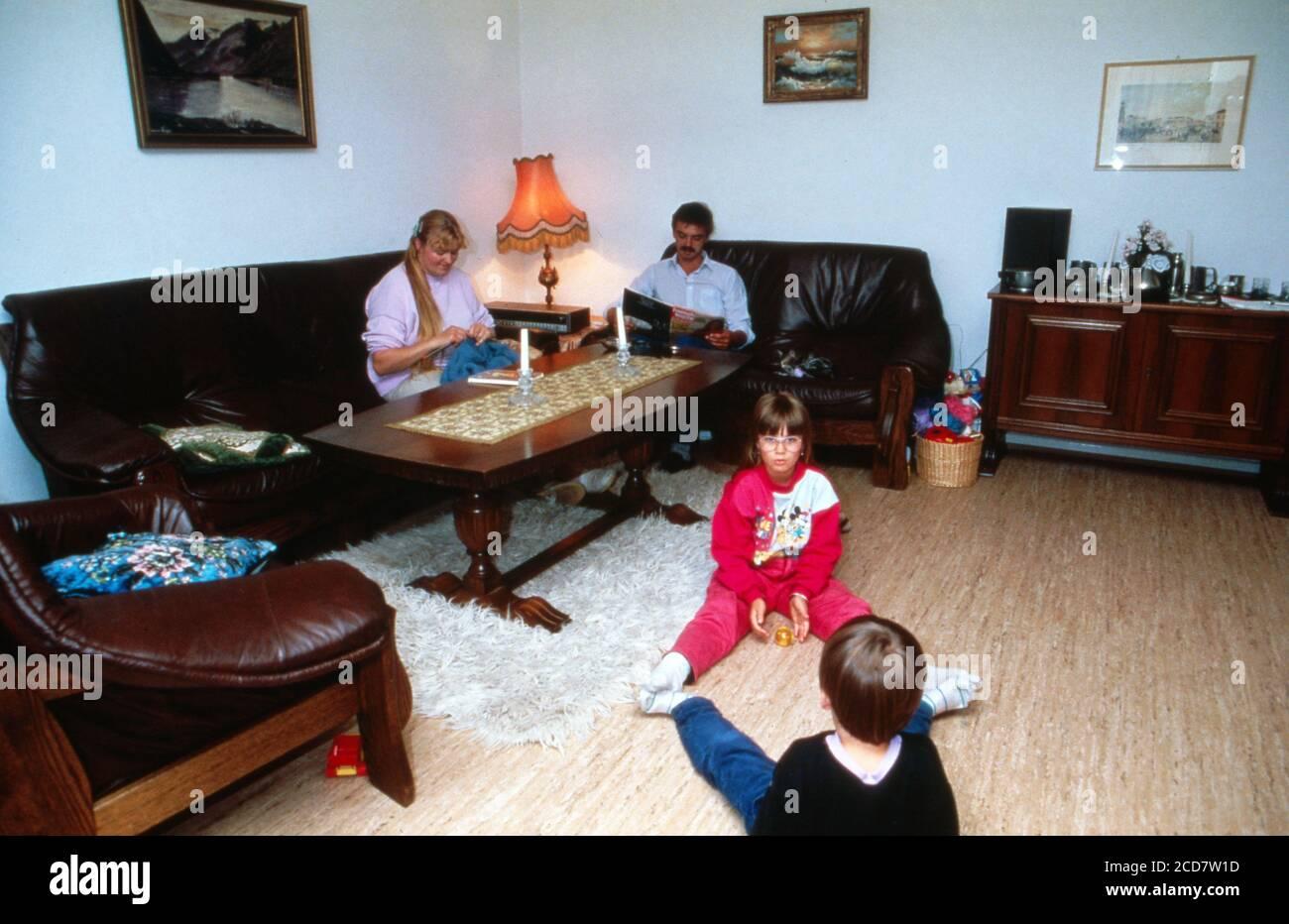 Bildreportage: Linn Westedt mit ihren Eltern und dem Bruder im Wohnzimmer. Banque D'Images