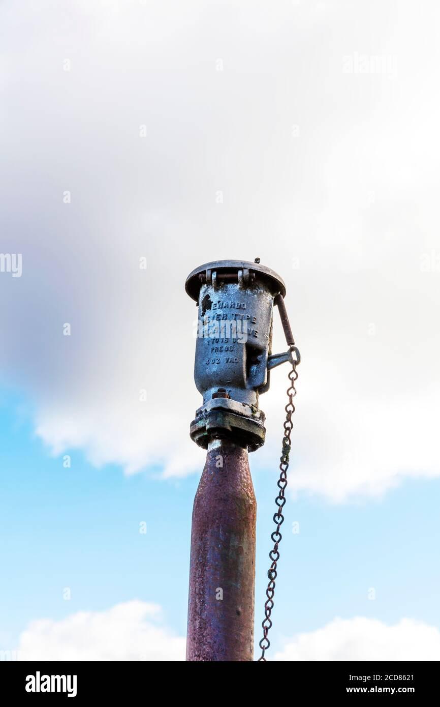 Vanne de la cheminée de pétrole brut, clapet anti-retour de fuite, évasement de gaz, cheminée, clapet de décharge de pression, soupape principale, pétrole brut, soupape, soupape du réservoir de pétrole brut, soupapes Banque D'Images