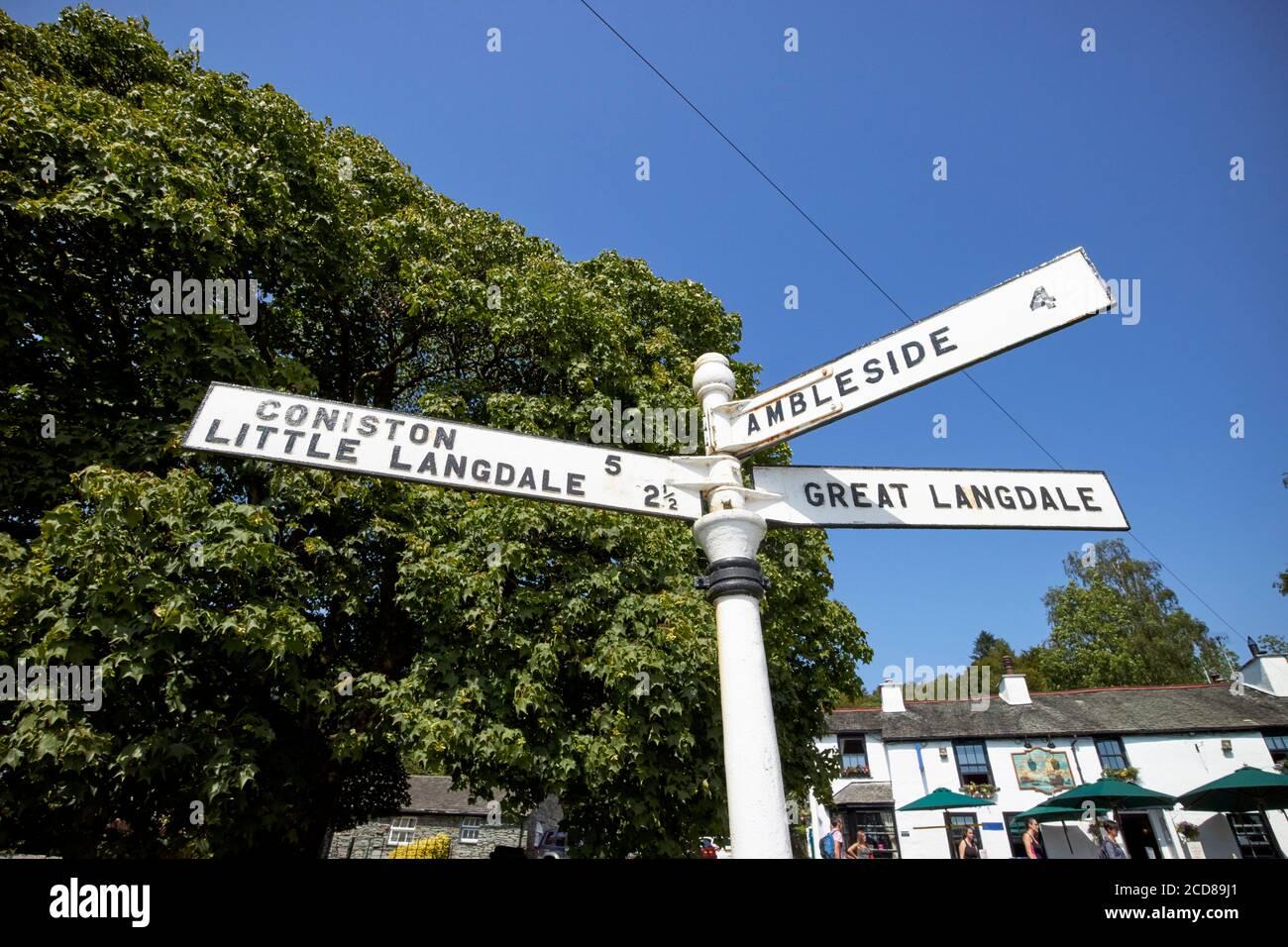ancienne signalisation en métal avec directions et distances jusqu'à ambleside coniston little langdale et great langdale de elterwater lake district angleterre royaume-uni Banque D'Images