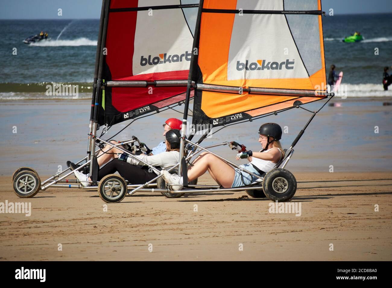 les gens qui conduisent des yachts de terrain compacts blokart sur la plage de benone au nord irlande royaume-uni Banque D'Images