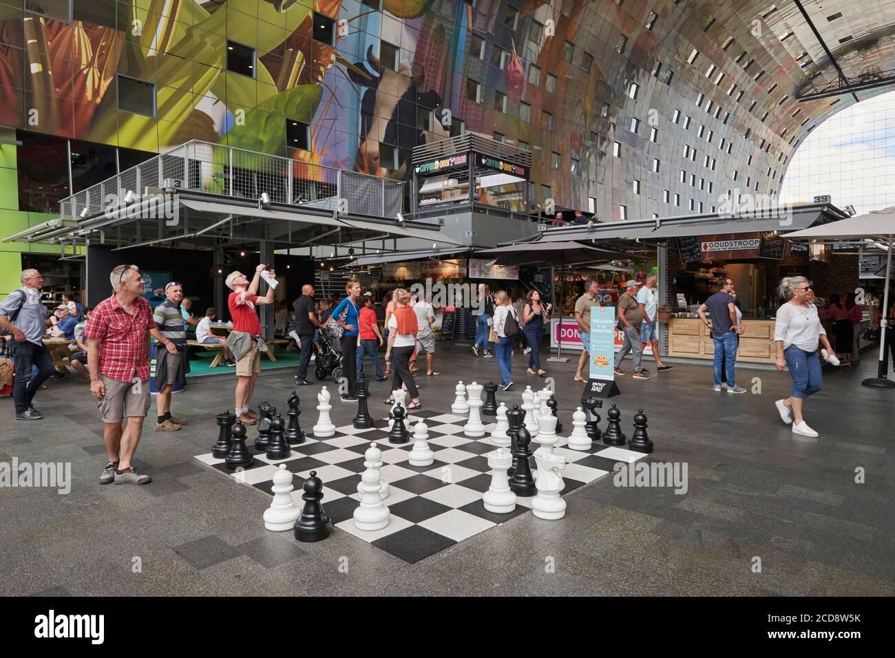 Pays-Bas, Hollande du Sud, Rotterdam, jeu d'échecs géant sur le marché couvert (Markthal) Banque D'Images