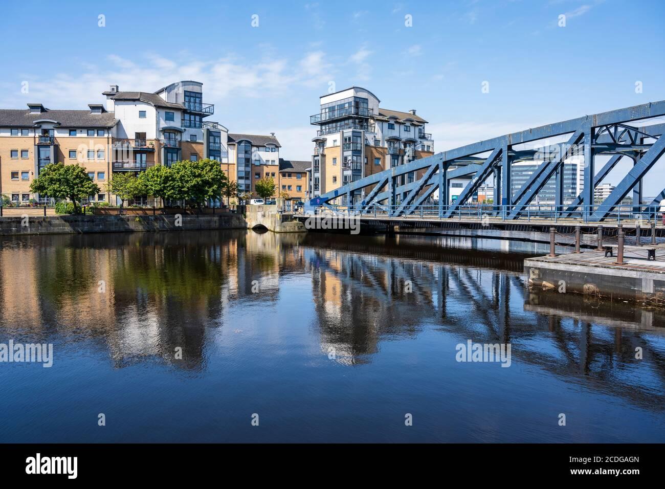 Des immeubles modernes se trouvent sur l'île de Rennie et le pont Victoria Swing Bridge, qui se reflète dans l'eau de Leith à Leith, Édimbourg, Écosse, Royaume-Uni Banque D'Images