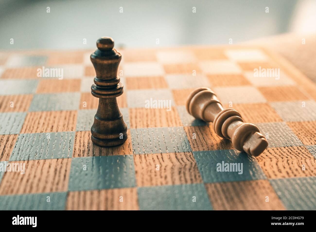 Jeu d'échecs gagnant concept. Victoire Move avec la dernière pièce debout sur le panneau en bois de chessboard Banque D'Images