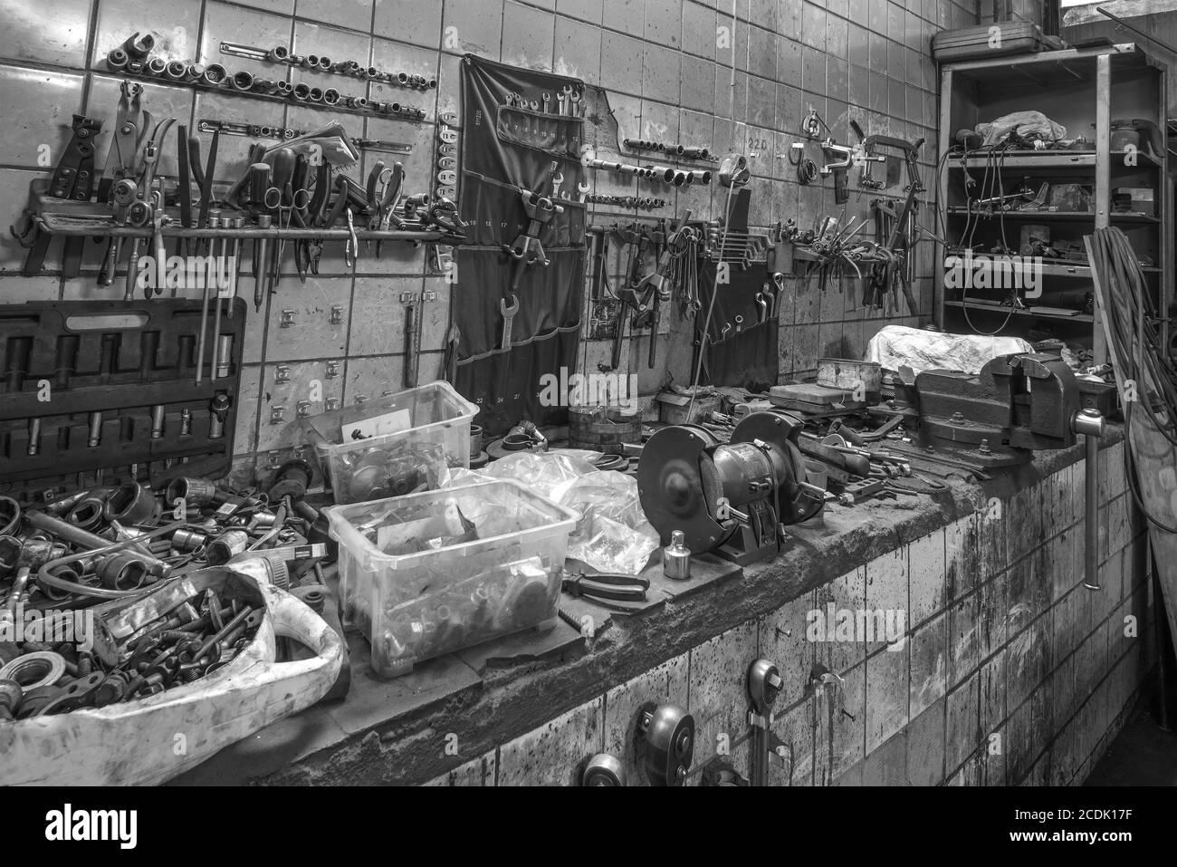 Lieu de travail d'un mécanicien de voiture dans un ancien service de voiture Banque D'Images