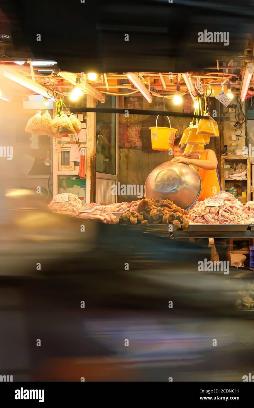 Une boucherie locale dans un marché humide en Thaïlande. Exposition longue. Concentrez-vous sur le comptoir de la boucherie de viande. Banque D'Images