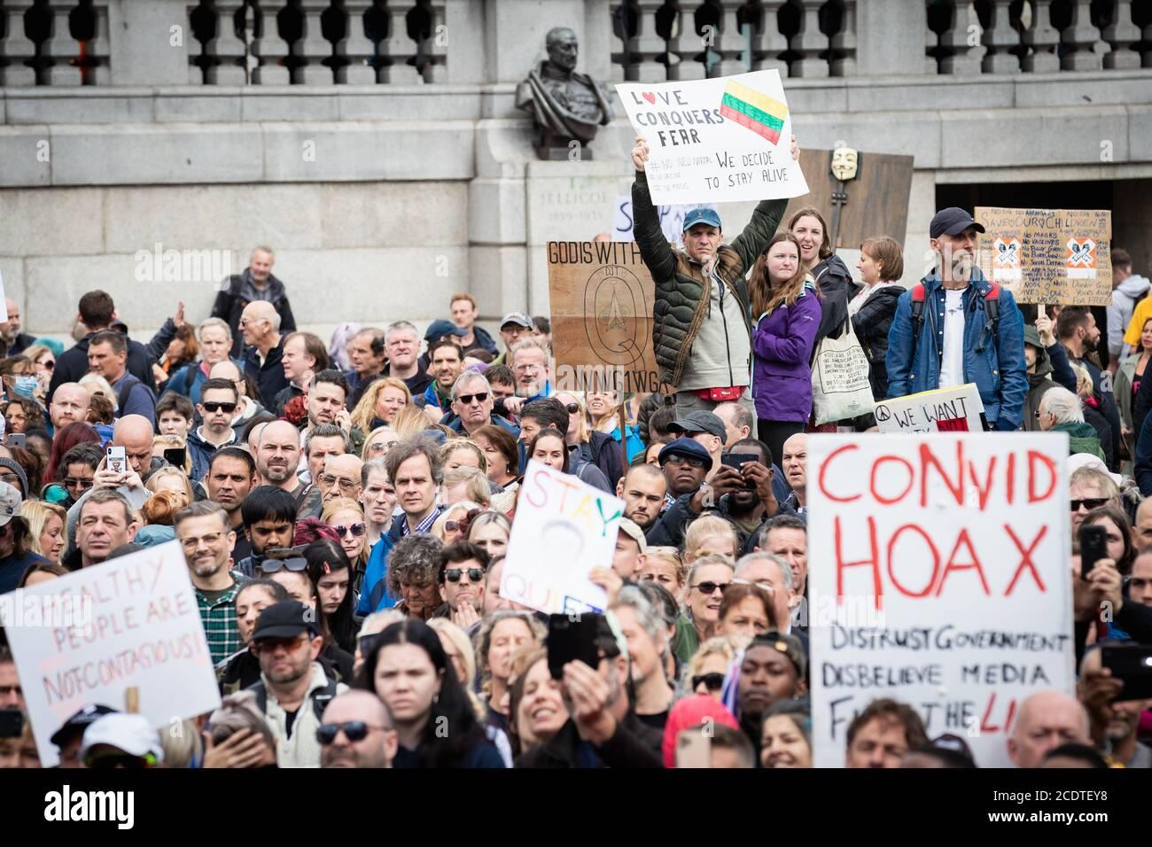 Une foule de manifestants tenant des plaques pendant la manifestation.les manifestants Unite for Freedom se rassemblent à Trafalgar Square pour protester contre le confinement de la COVID-19, imposé le 23 mars. Les professionnels de la santé de l'industrie expriment leur inquiétude quant à la position du pays à l'égard du coronavirus. Banque D'Images