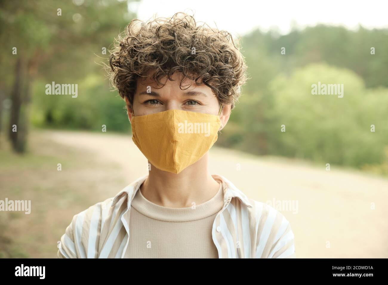 Jeune femme brune contemporaine dans un masque de protection fait à la main Banque D'Images