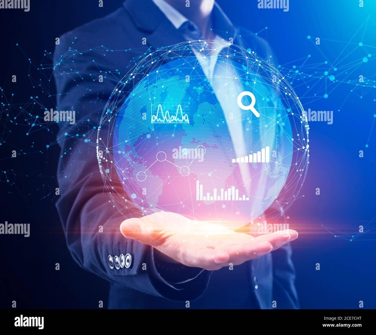 Gestion globale des données métiers. Homme d'affaires tenant Globe Hologram avec graphiques et graphiques Banque D'Images