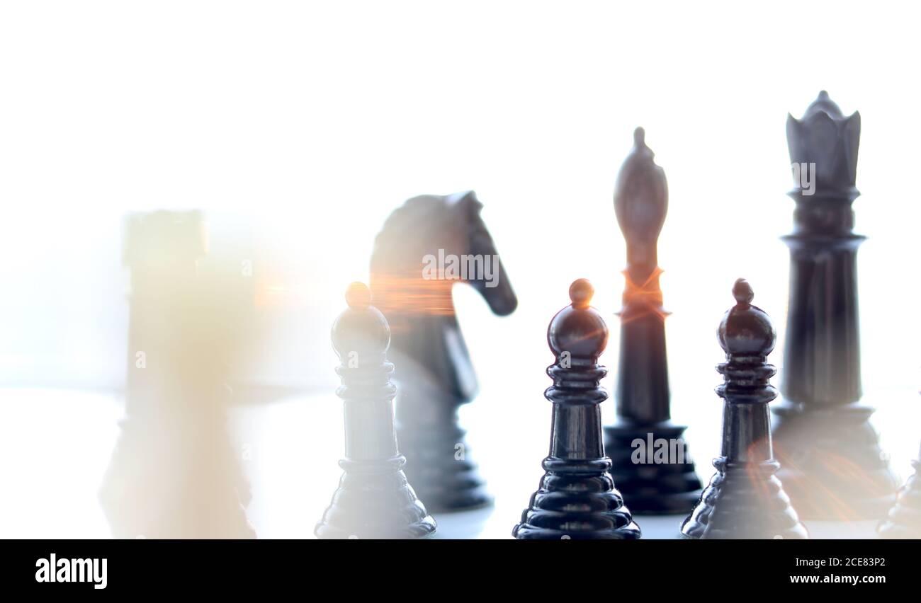 Pièces d'échecs avec la lumière du soleil qui les traverse Banque D'Images