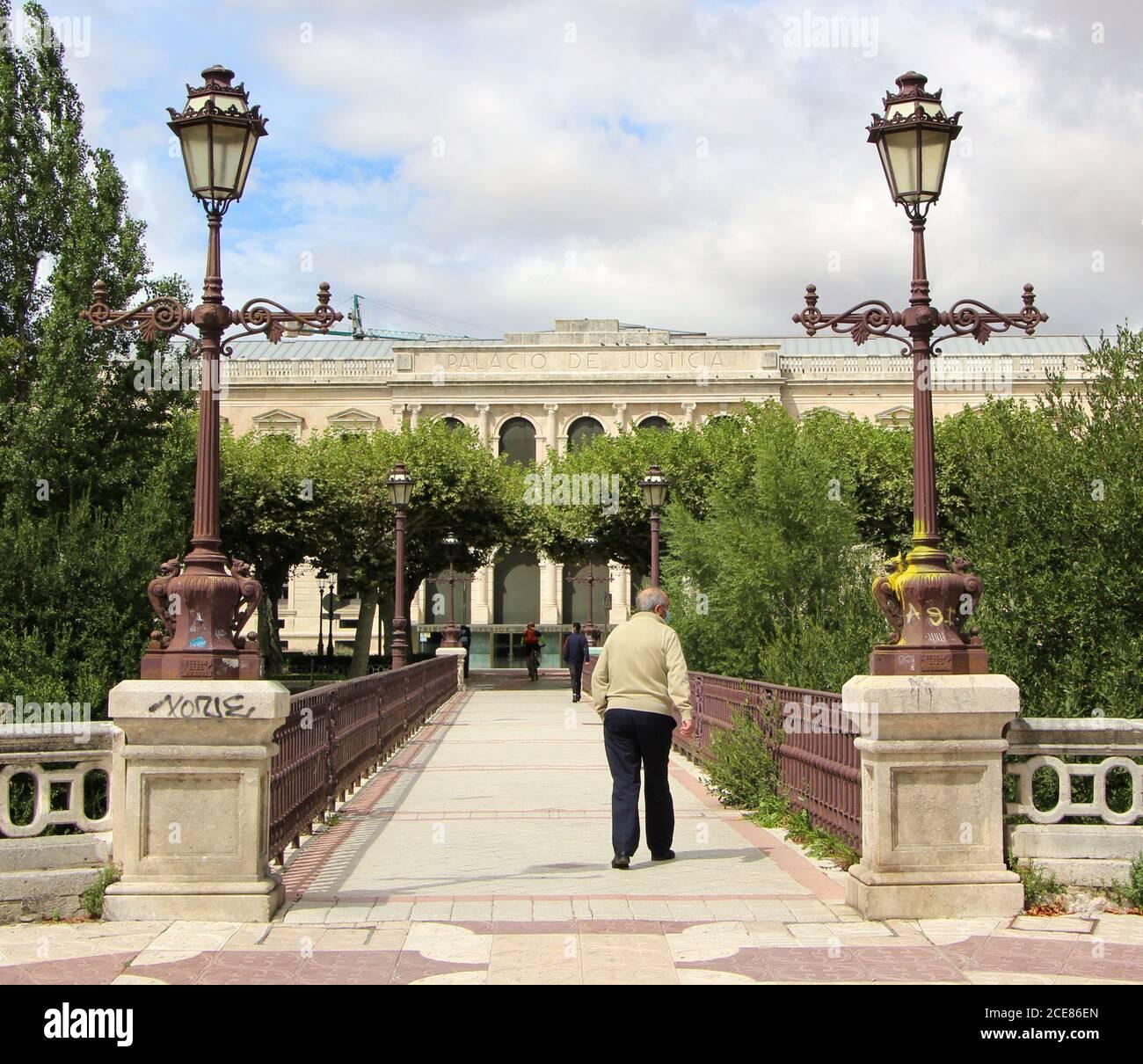Le pont à pied et à vélo de Besson à Burgos en regardant vers Le palais de justice principal avec un homme senior qui traverse Castille Et Leon Espagne Banque D'Images