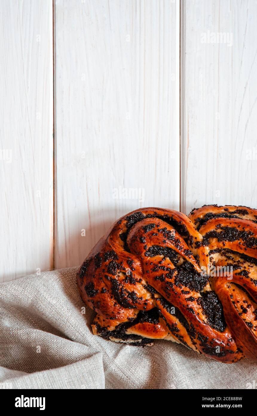 Une tarte aux coquelicots maison à la dérive se trouve sur un bois blanc tableau Banque D'Images