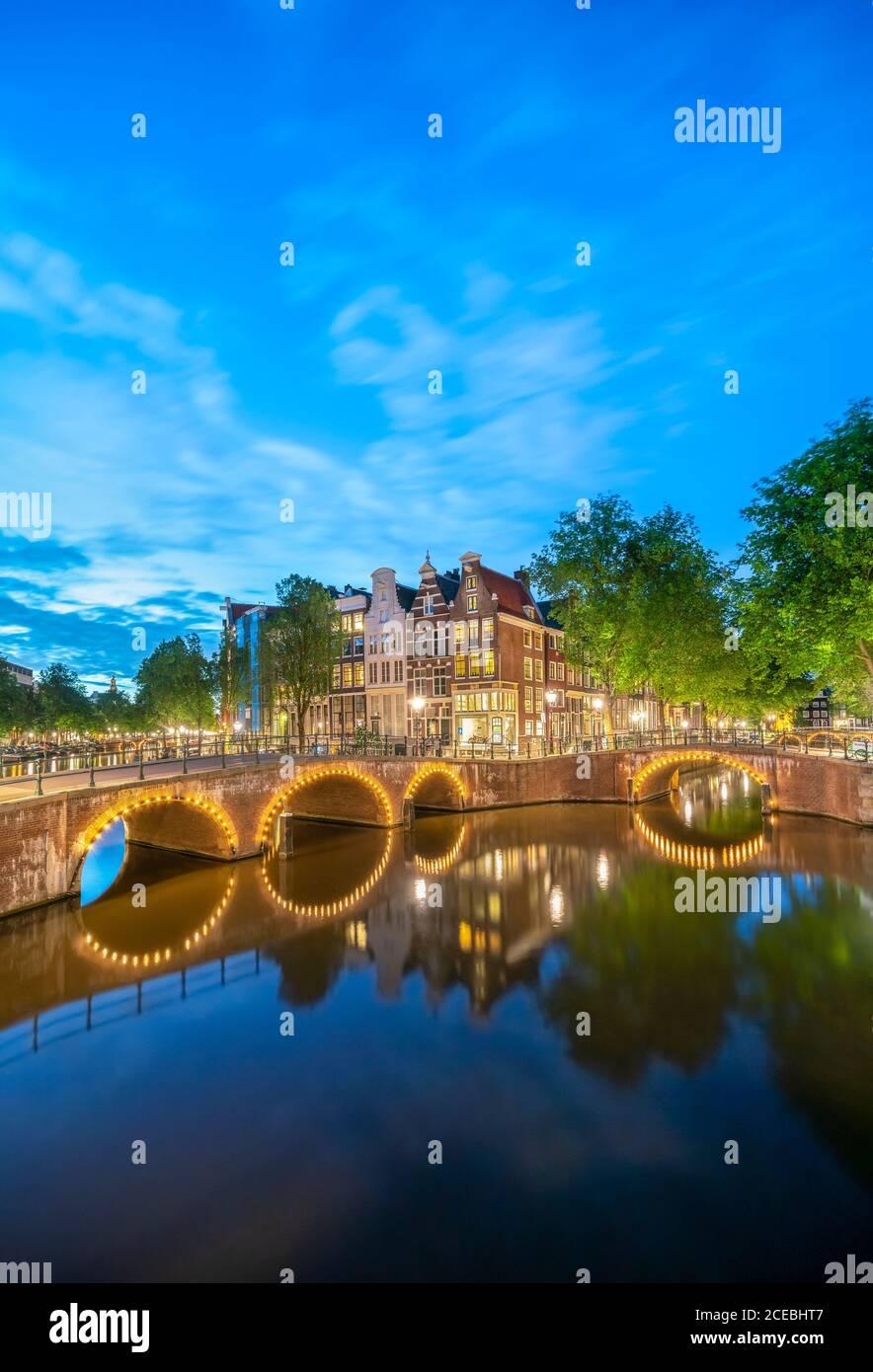 Ponts du canal d'Amsterdam. Canaux et ponts Keizersgracht et Leidsegracht la nuit. Ceinture du canal Grachtengordel d'Amsterdam, Canal Ring, patrimoine de l'UNESCO Banque D'Images