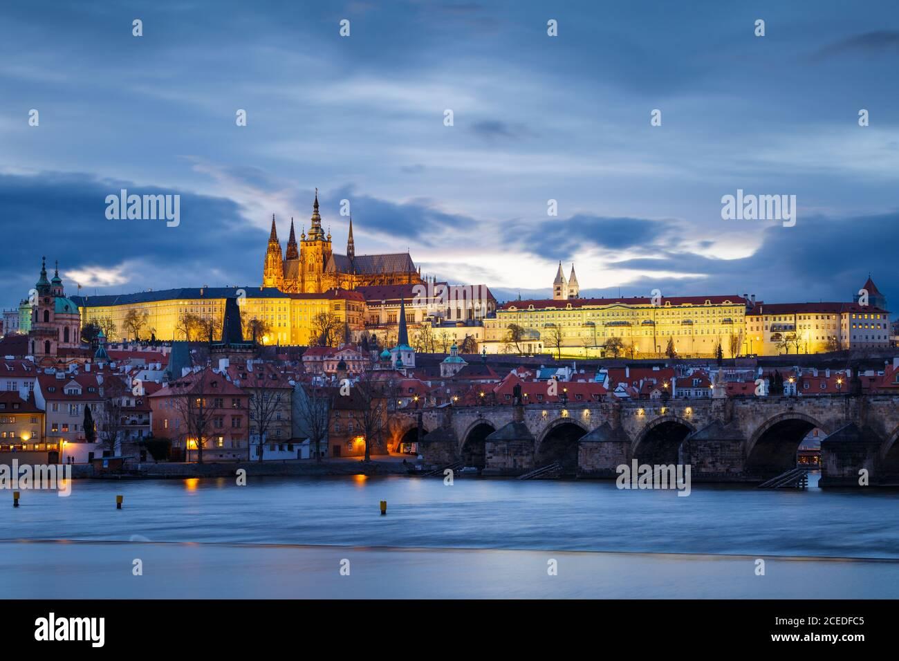 Soir vue sur le château de Prague sur la rivière Vltava. Banque D'Images