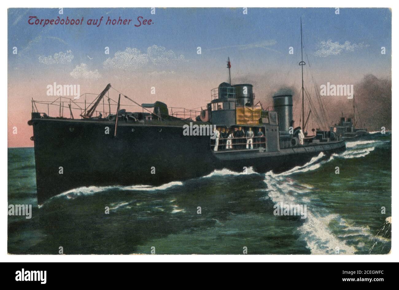 Carte postale photo colorisée historique allemande : bateau de torpille sur une grande vague en mer, Marine impériale allemande, World War One 1914-1918. Banque D'Images