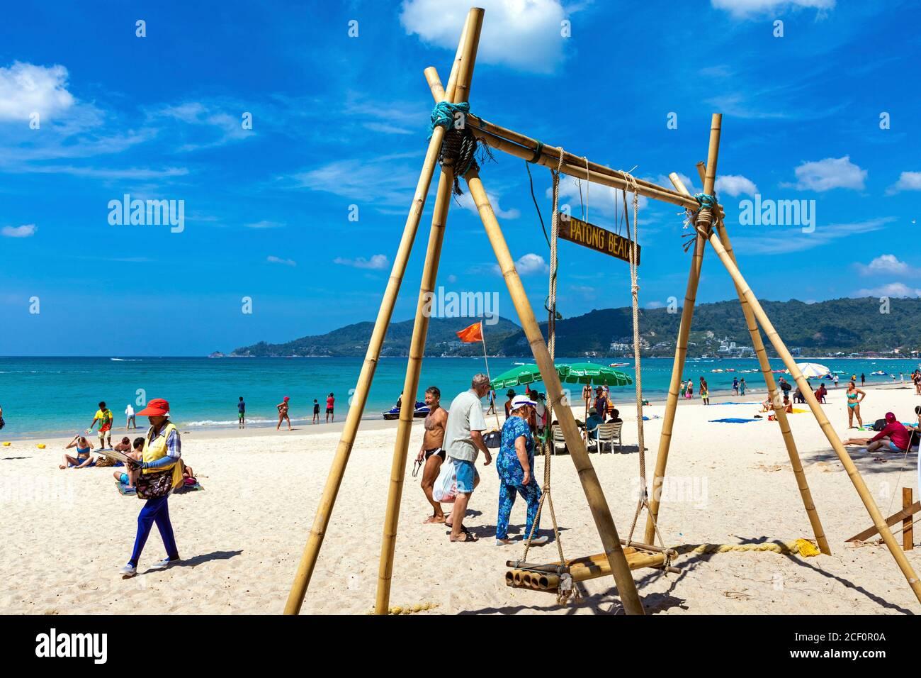 Balançoire en bois et touristes sur la plage de Patong, Phuket, Thaïlande Banque D'Images