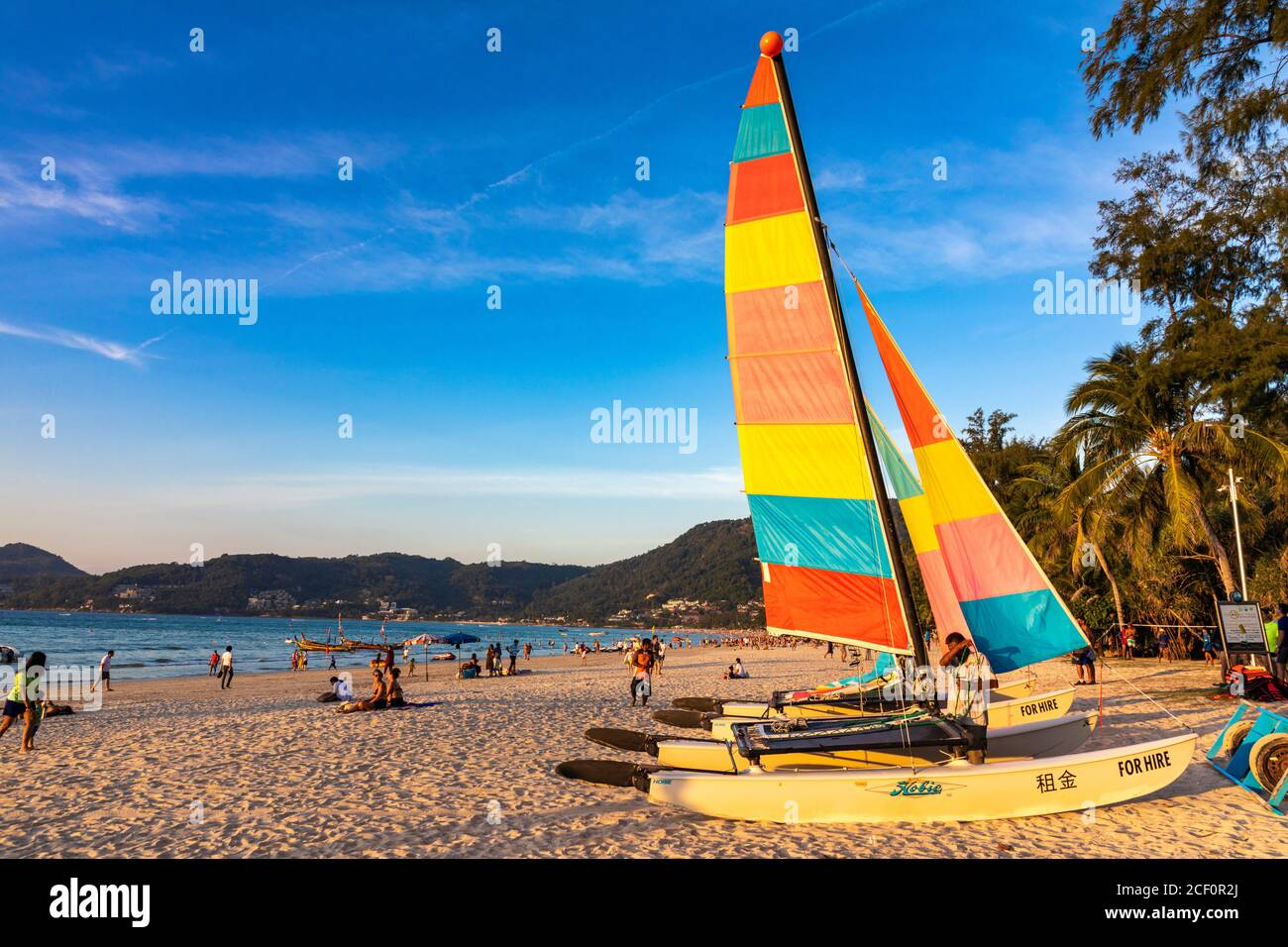 Location de bateau à voile sur la plage de Patong, Phuket, Thaïlande Banque D'Images
