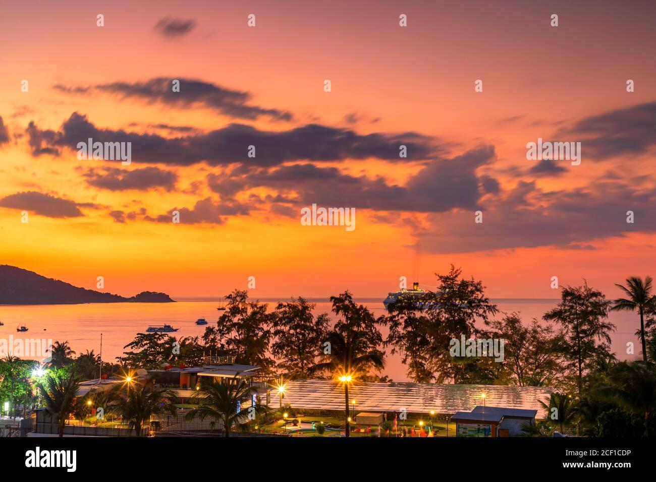 Coucher de soleil sur la mer d'Andaman, Patong, Phuket, Thaïlande Banque D'Images