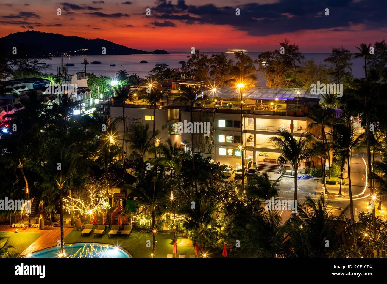 Coucher de soleil sur la mer d'Andaman à Patong, Phuket, Thaïlande Banque D'Images