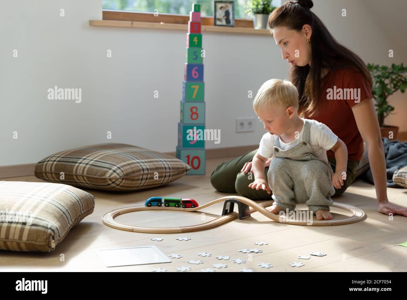 Joyeuses belles femmes jouant avec un garçon heureux par temps ensoleillé. Banque D'Images