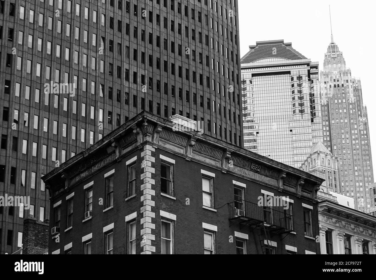 New York City, USA - 7 octobre 2019 : bâtiments anciens et modernes dans le quartier financier de Manhattan. En arrière-plan, vous pouvez voir l'Empire State Banque D'Images