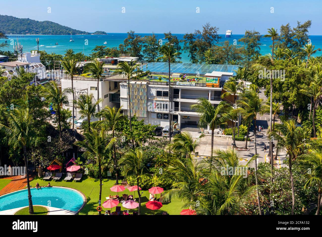Hôtel et jardins avec vue sur la plage de Patong, Phuket, Thaïlande Banque D'Images