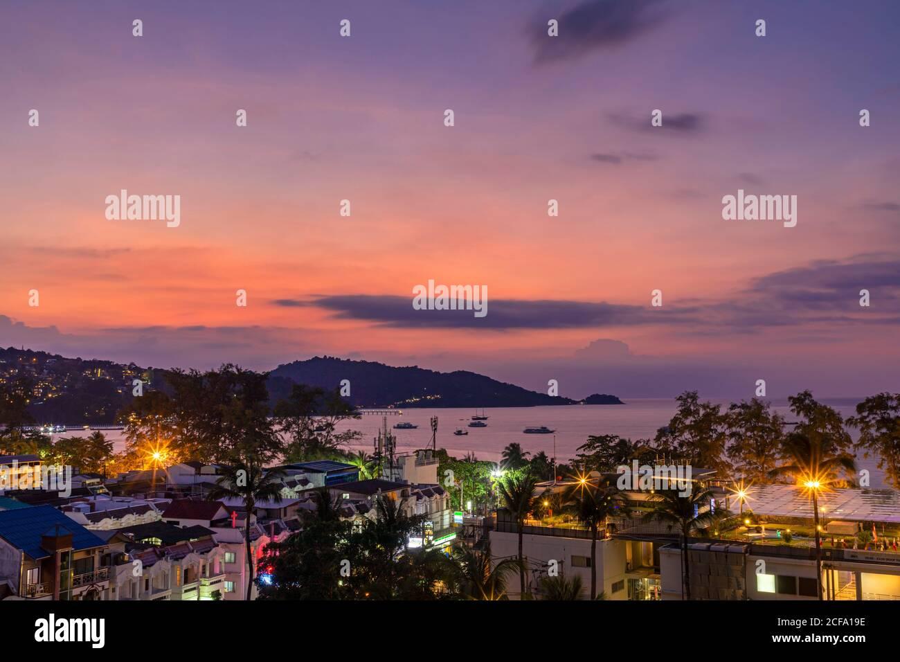 Vue sur le paysage du coucher de soleil sur la mer d'Andaman, Patong Beach, Phuket, Thaïlande Banque D'Images