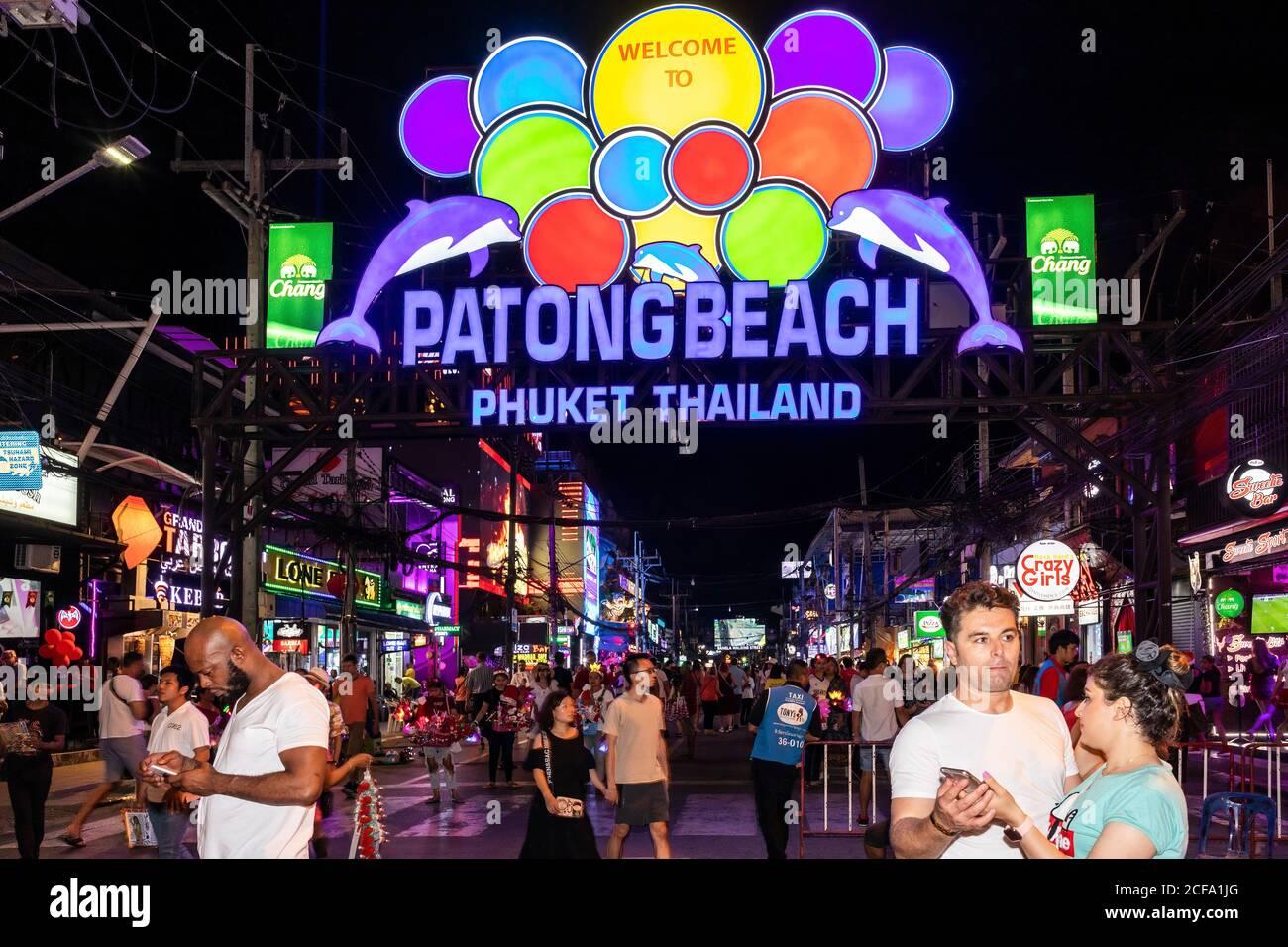 Enseigne au néon à l'entrée de la rue Bangla Road Walking Street, Patong Beach, Phuket, Thaïlande Banque D'Images